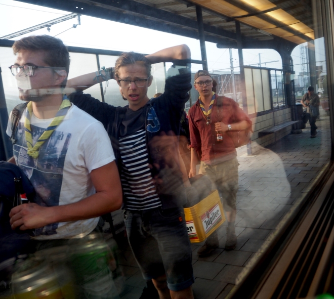 scouts getting on train Luxembourg-Brussels 716 (+SD).JPG