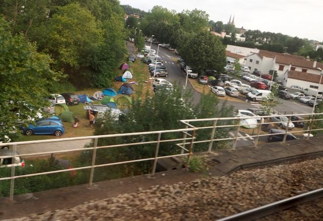 tents and parking on outskirts fête de Bayonne night train Paris-Irun 716.JPG