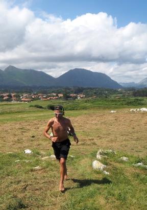 barefoot runner walk Llanes-Poo 816 2.JPG