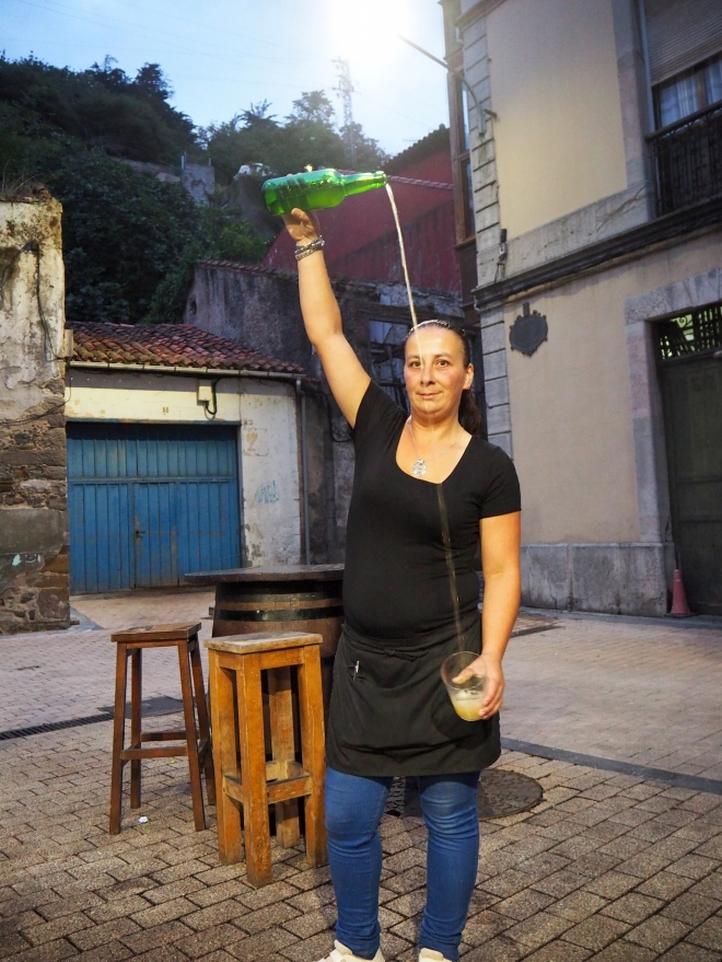 cider pourer cafe Marina Ribadesella 816.JPG