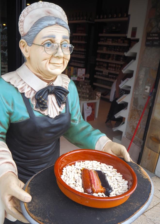 public sausage woman and beans Ribadesella 816.JPG