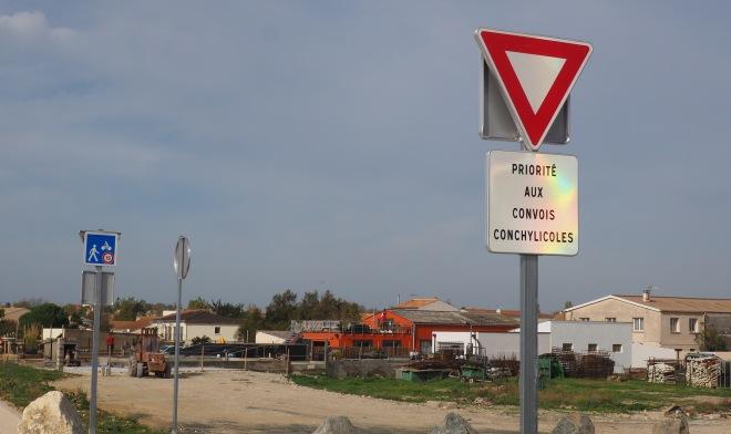 public sign PRIORITE AUX CONVOIS CONCHYLICOLES Les Boucholeurs 1117.JPG
