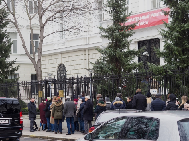 politics queueing to vote Russian embassy Vienna 318.JPG