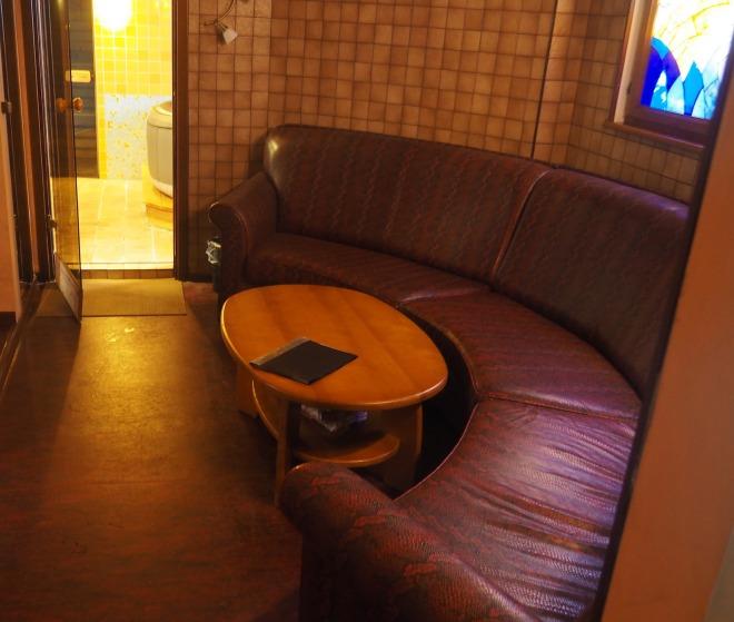 settee hotel room Nizhny Novgorod 618.JPG