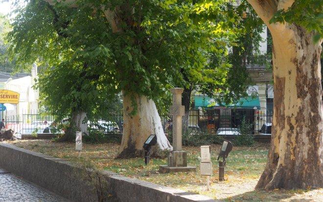 plane trees churchyard Bucharest 1018.JPG